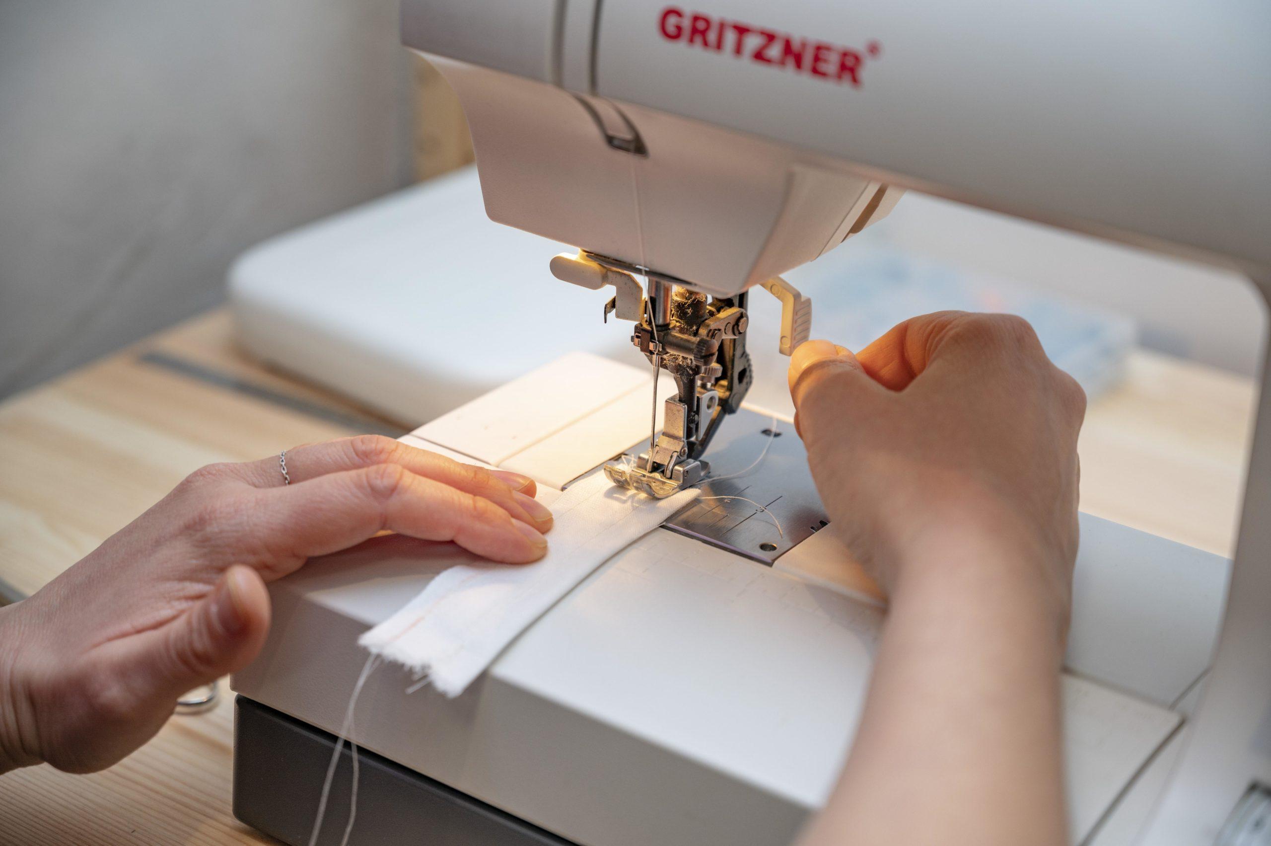 Personne en train d'apprendre à coudre à la machine à coudre gritzner ou singer pendant un cours de couture à Nice centre ville